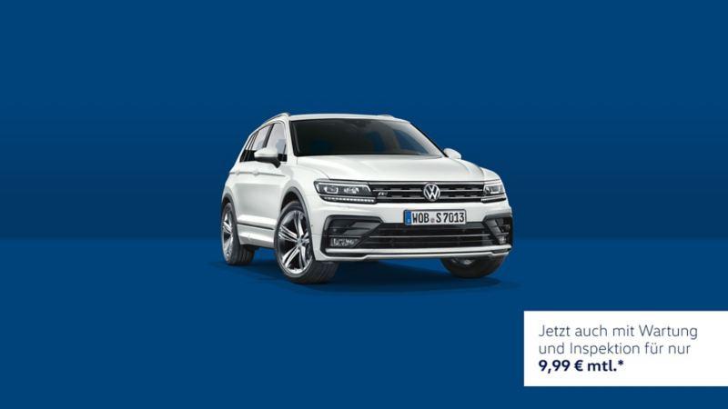 VW Tiguan vor blauem Hintergrund