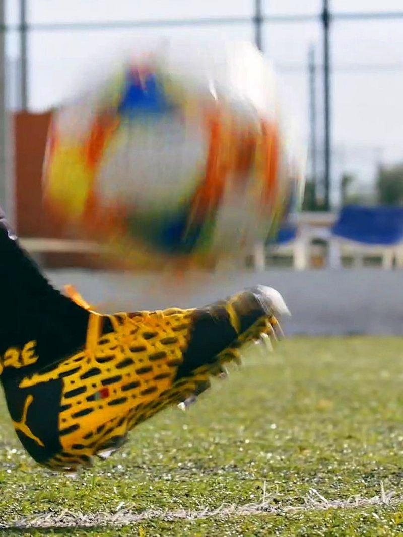 Spielerin jongliert Ball mit Fuß