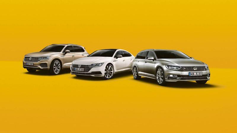 Range aus VW Touareg, VW Arteon, VW Passat Variant vor gelbem Hintergrund