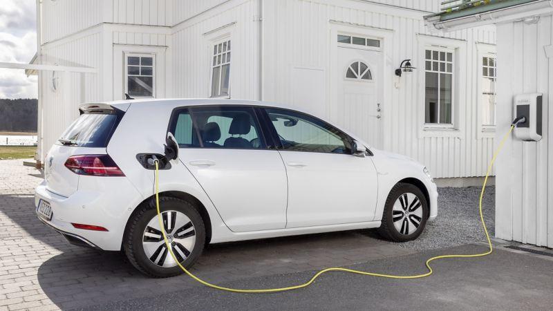 Volkswagen e-Golf står på laddning