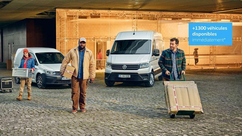 Caddy et Crafter blanc et livreurs qui déchargent leur cartons