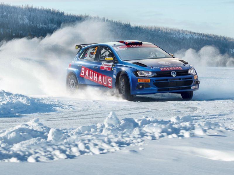 Volkswagen rally i vinterlandskap - vinterdäck