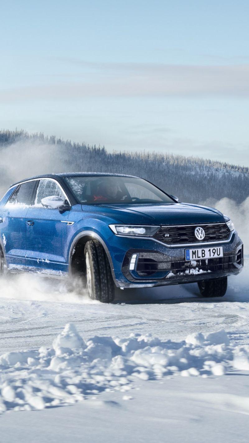 Volkswagen T-Rock kör med vinterdäck i vinterlandskap