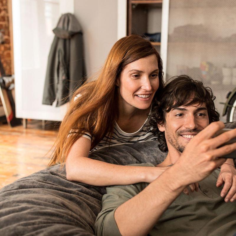 Man och kvinna tittar på en telefon
