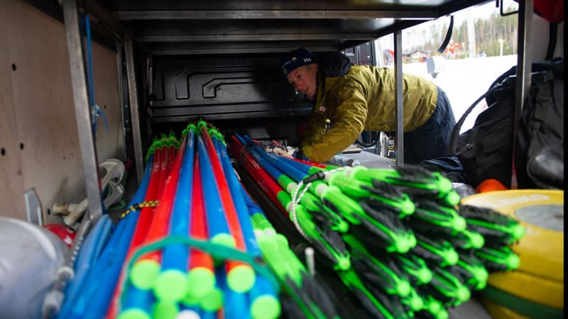 Anton Salminen lastar slalomportar.