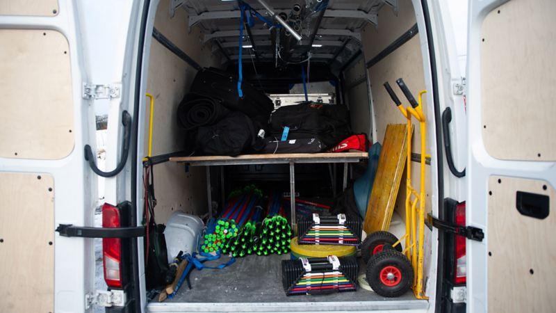 En Crafter kommer lastad med skidor, pjäxor, stavar, motionscyklar och ett gym (!).
