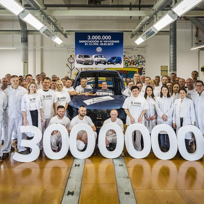 Pracownicy lakierni na zdjęciu razem z 3-milionowym autem