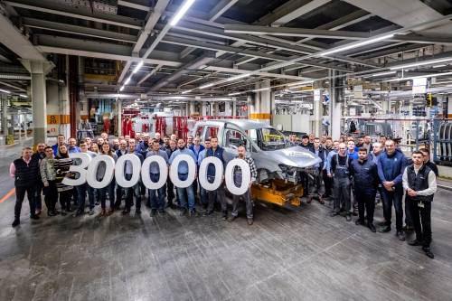 Pracownicy spawalni na zdjęciu razem z 3-milionowym autem