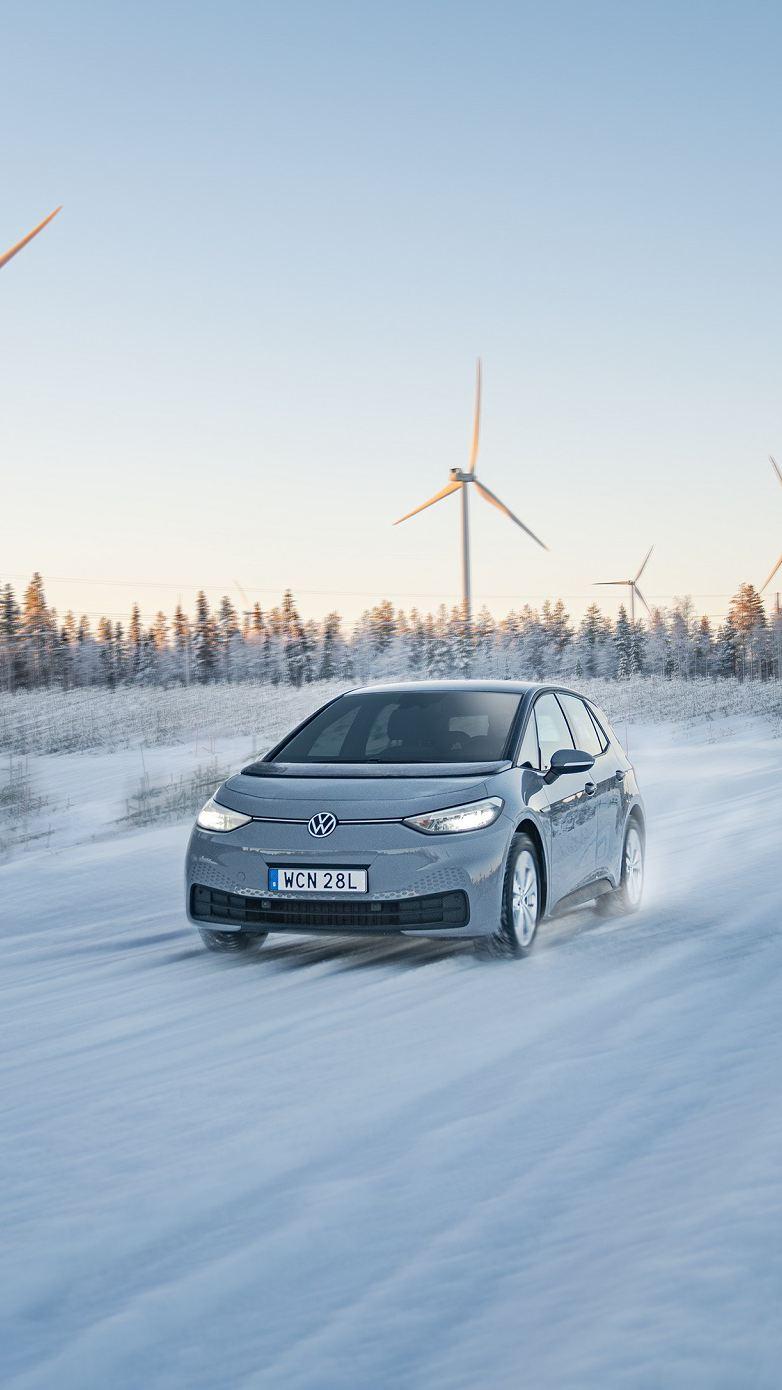 Volkswagen ID.3 kör i vinterlandskap