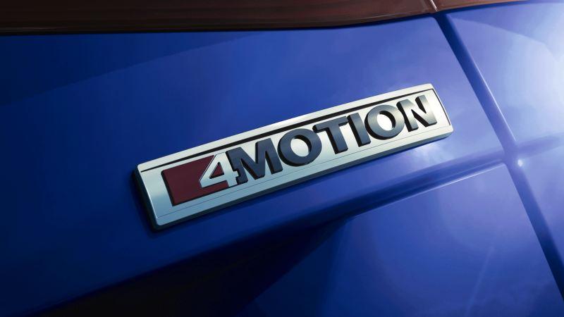 Logo de la tracción 4Motion en  un Volkswagen Passat Variant azul