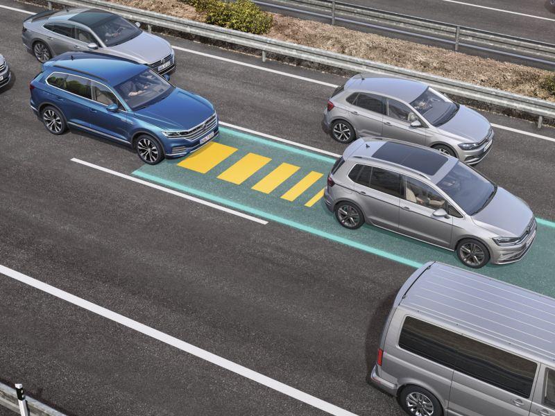 Representación gráfica del asistente para atascos del Volkswagen Touareg en una autopista