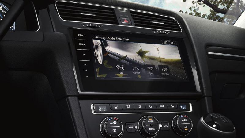 Vista lateral de la pantalla táctil con los perfiles de conducción de un Golf Sportsvan