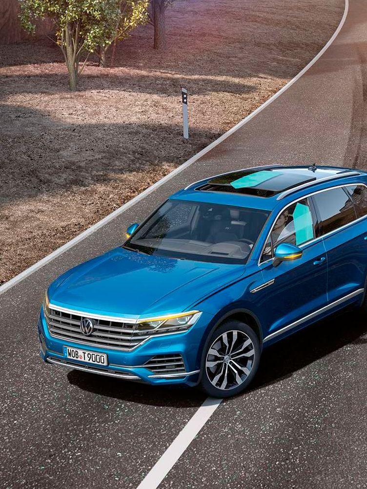 Volkswagen Touareg frenando de emergencia en una carretera