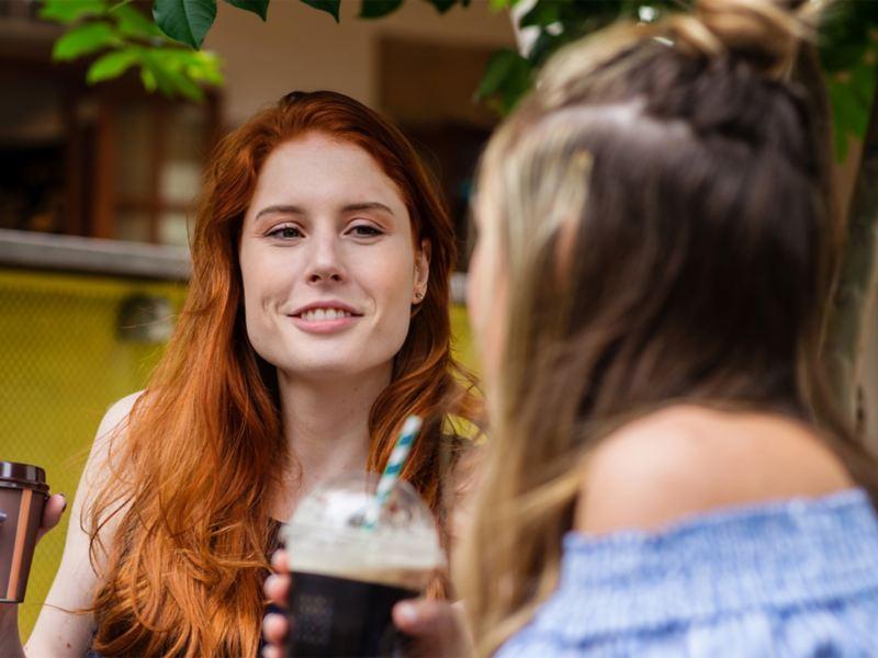 Zwei Frauen unterhalten sich beim Kaffee