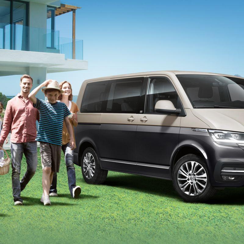 全新T6.1 Multivan 棕黑雙色停在有設計感的獨棟住宅前  一家大小七個人準備歡樂出遊