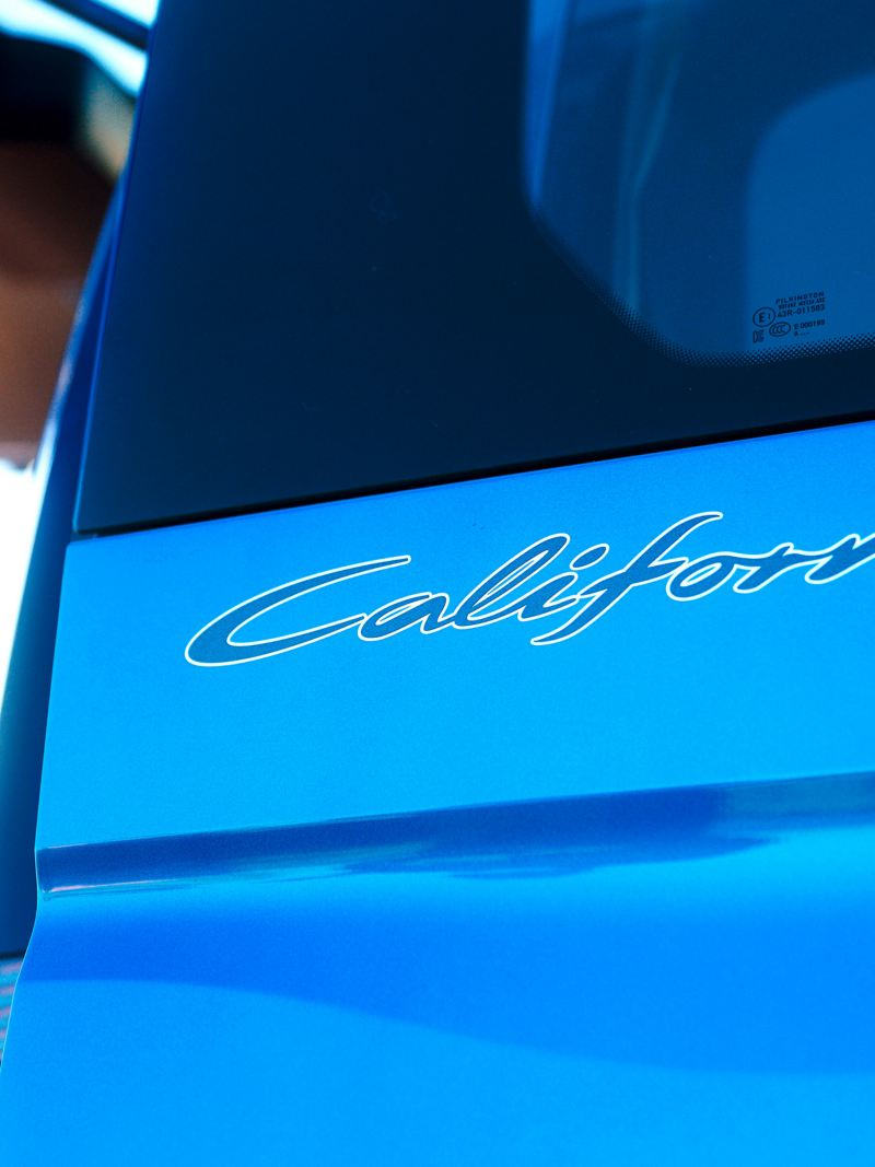 Logo California z bliska