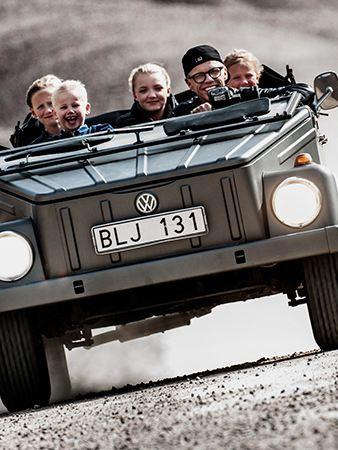 Bingo Rimér med familjen i sin Volkswagen som räckt genom generationer