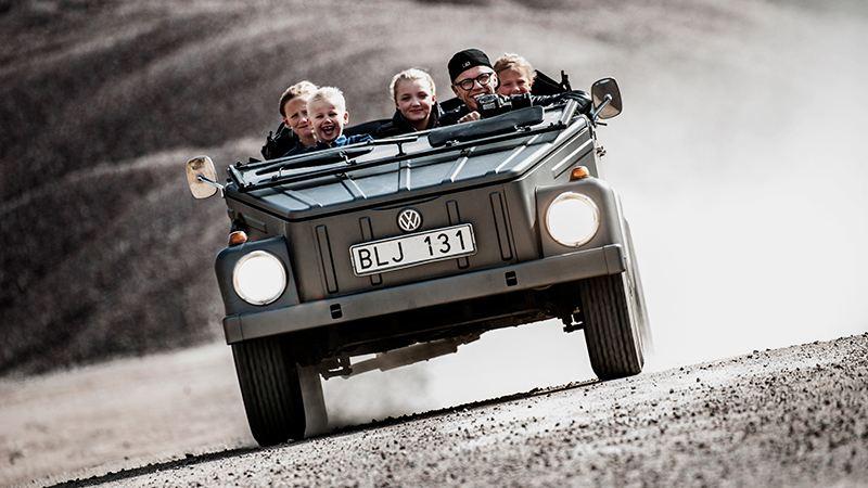 Bingo Rimér med familjen i sin Volkswagen som räckt genom generationer.