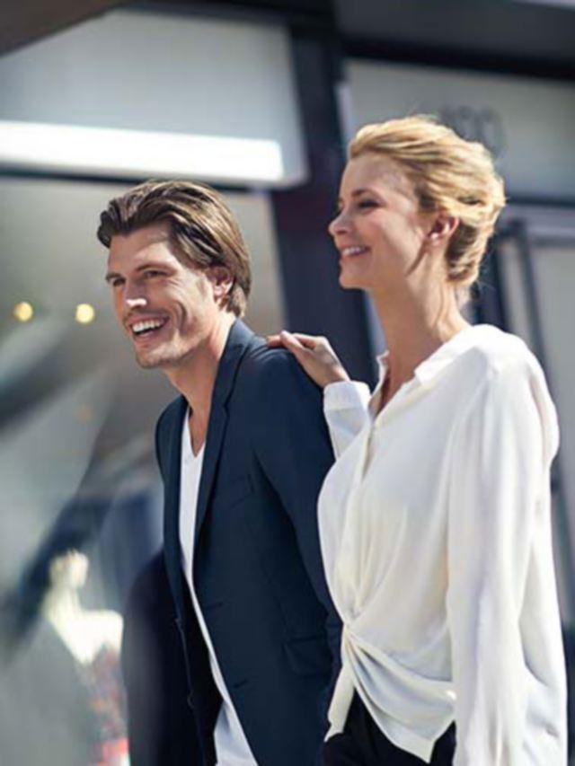 arteon pareja joven sonriendo en la ciudad