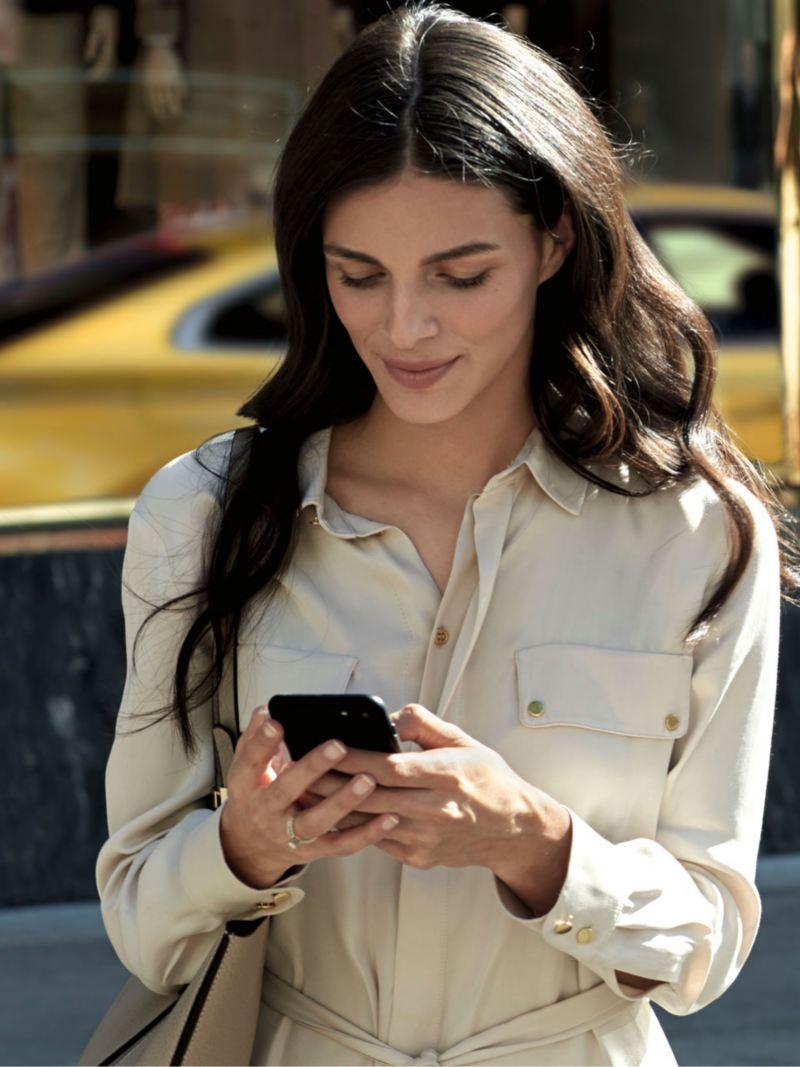 Mujer joven usando un teléfono móvil