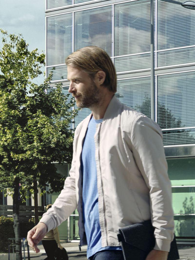 Hombre caminando por la calle con un maletín de negocios