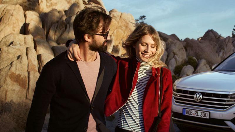 pareja joven de paseo con su volkswagen