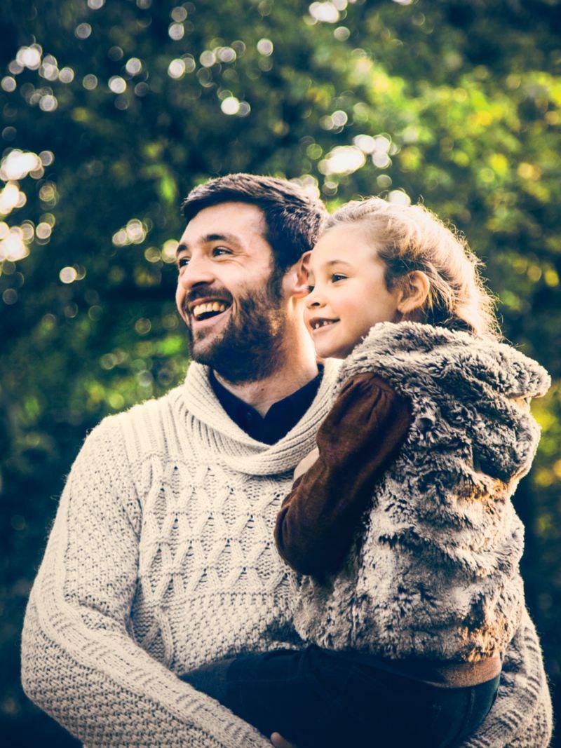 Hombre joven con su hija en brazos
