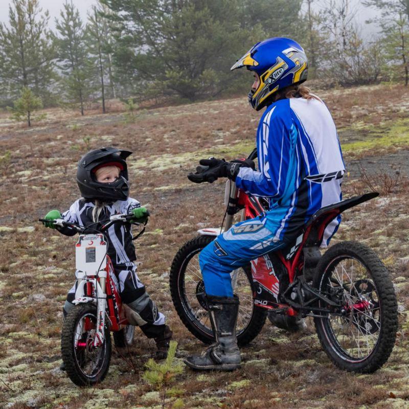 Far och son har kvalitetstid tillsammans på elmotorcyklar vid Stråssa Gruva