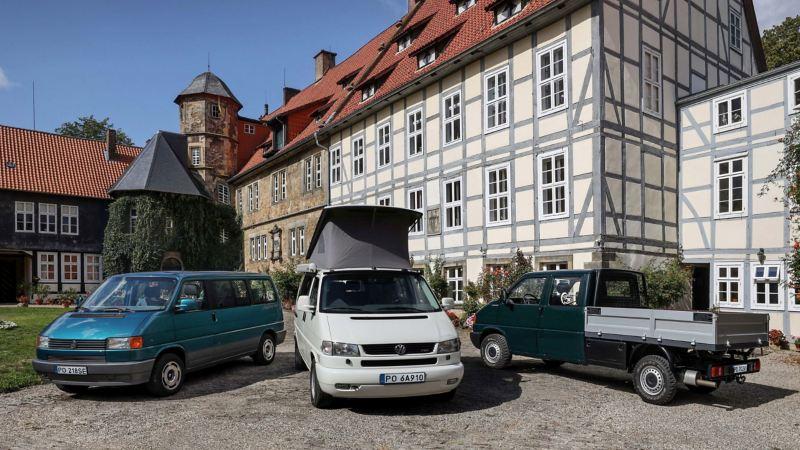 Transportery na podjeździe przed budynkiem