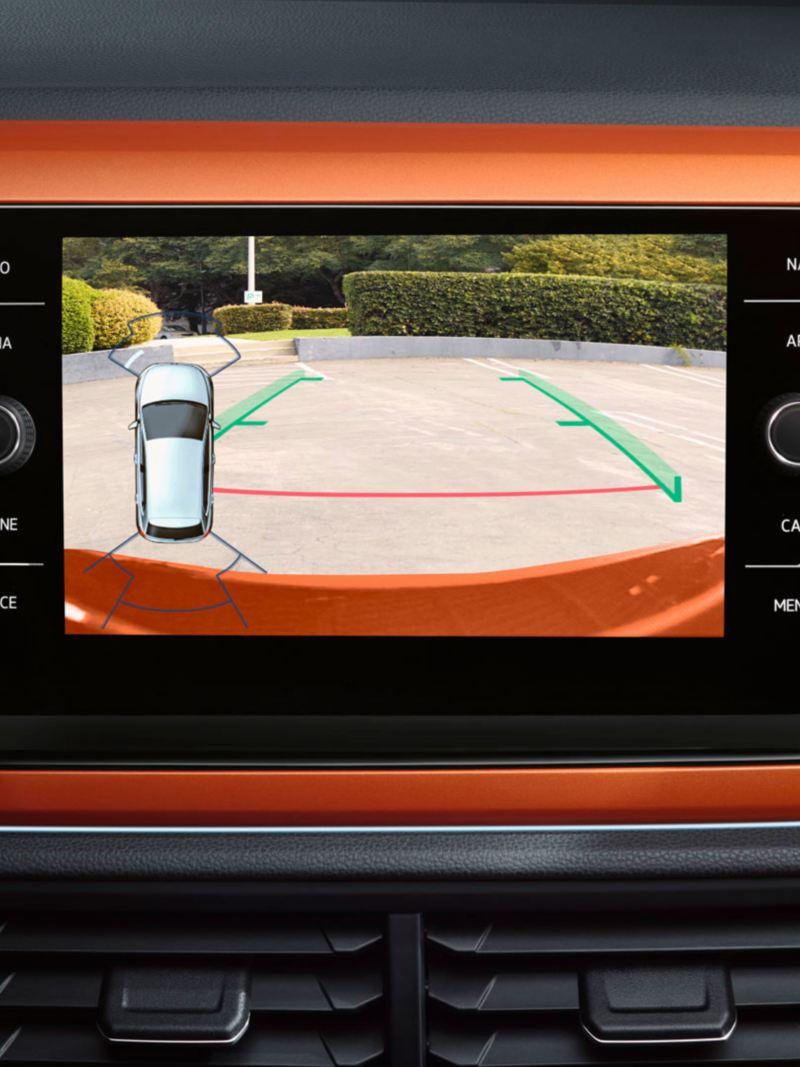 Pantalla del asistente de aparcamiento de un Volkswagen Polo Naranja