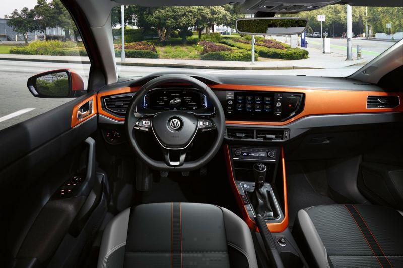 Salpicadero de un Volkswagen Polo naranja aparcado en la calle