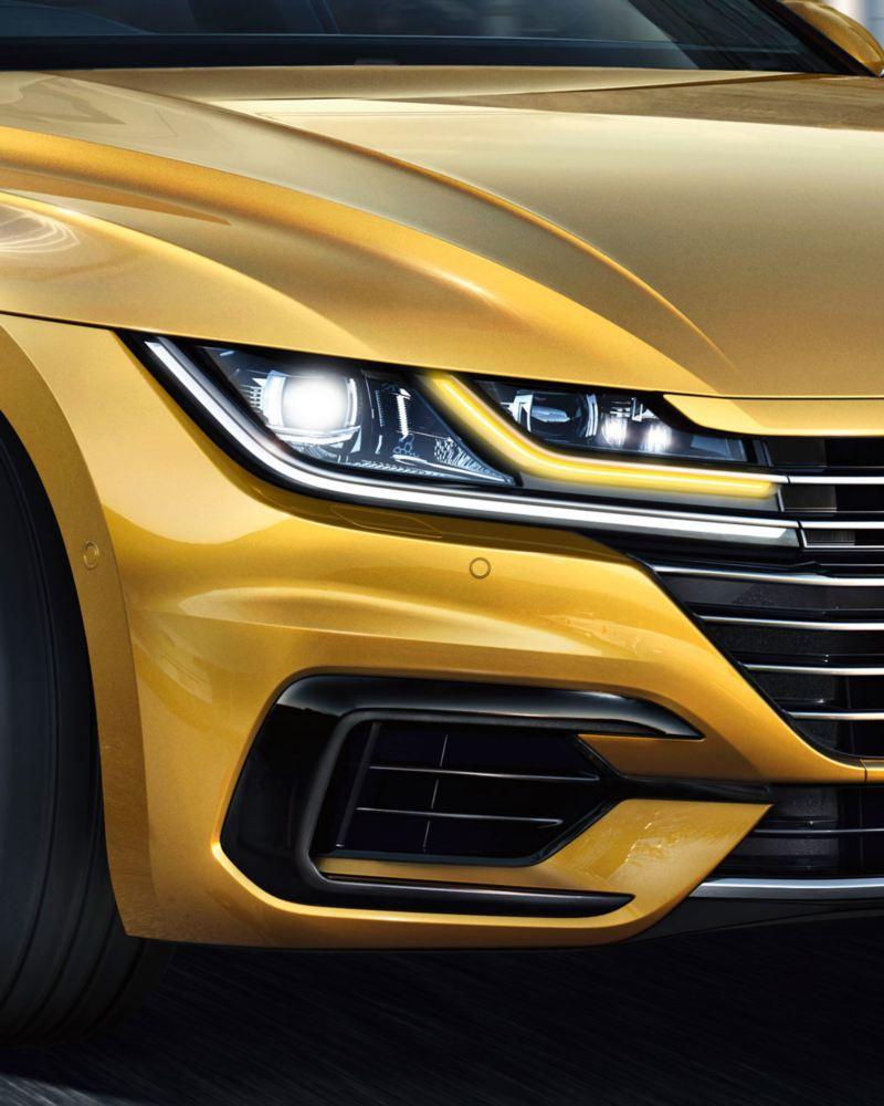 Primer plano de los faros de un Volkswagen Arteon