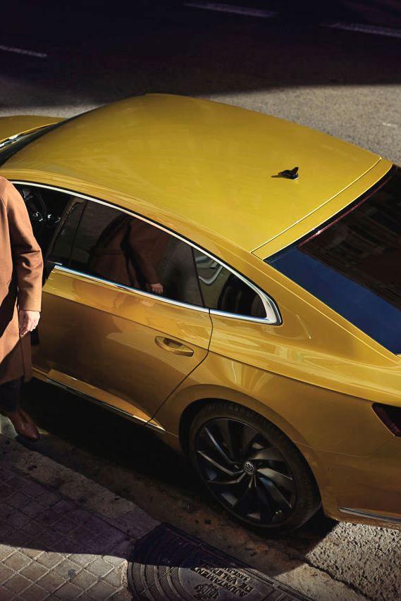 arteon amarillo hombre aparcando