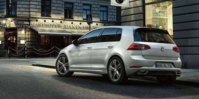 Volkswagen Golf aparcado en un calle
