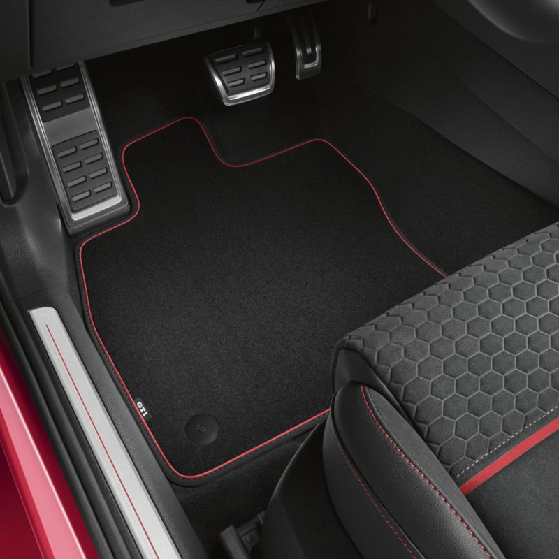 Alfombrilla y pedales del asiendo del conductor de un Golf GTI rojo