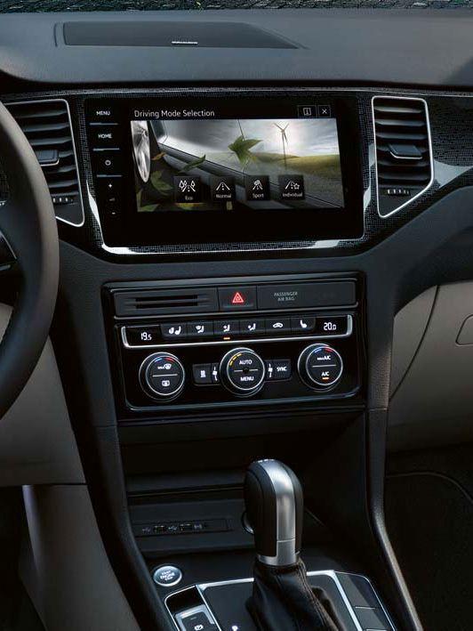 Vista frontal de la pantalla táctil y el volante multifunción de un Golf Sportsvan