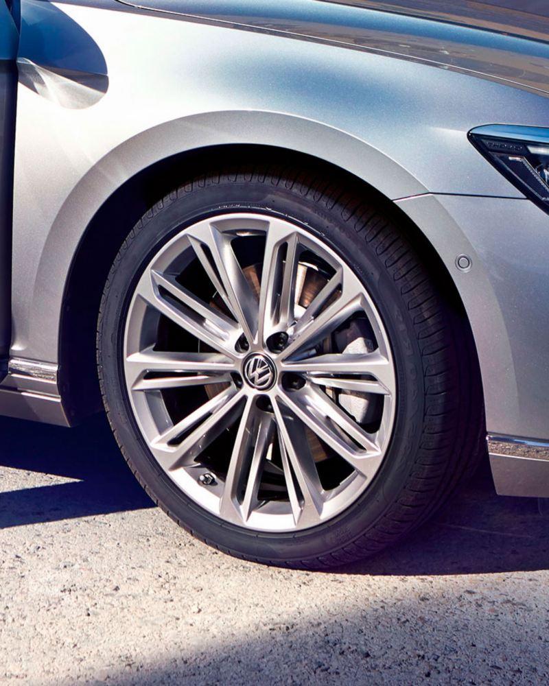 Detalle de las llantas de un Volkswagen Passat gris