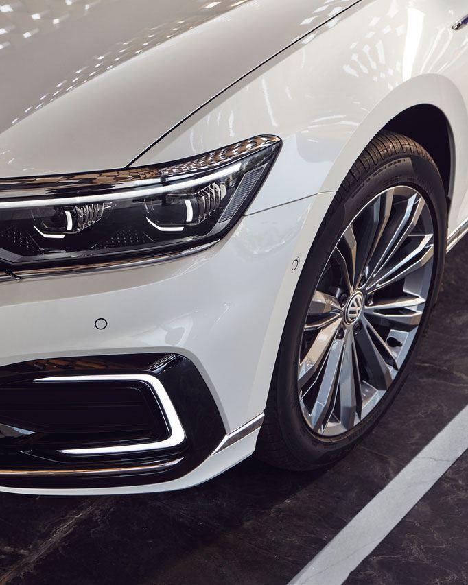 Primer plano de los faros de un Volkswagen Passat GTE