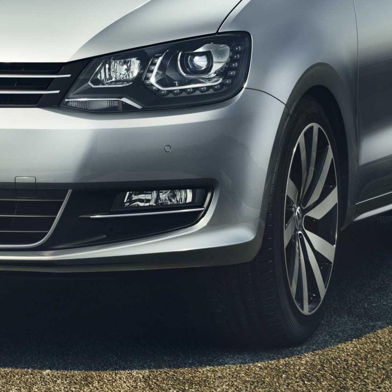 Detalle de los faros y llantas del Volkswagen Sharan