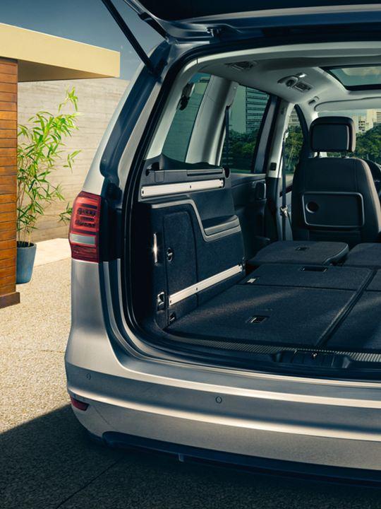Vista trasera de un Volkswagen Sharan con el portón abierto y los asientos reclinados