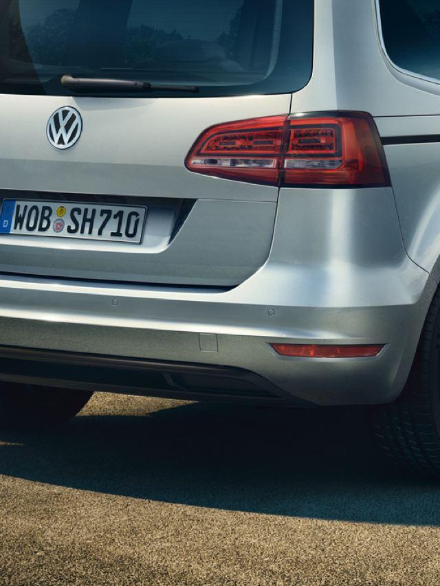 Vista de la parte trasera de un Volkswagen Sharan color plata