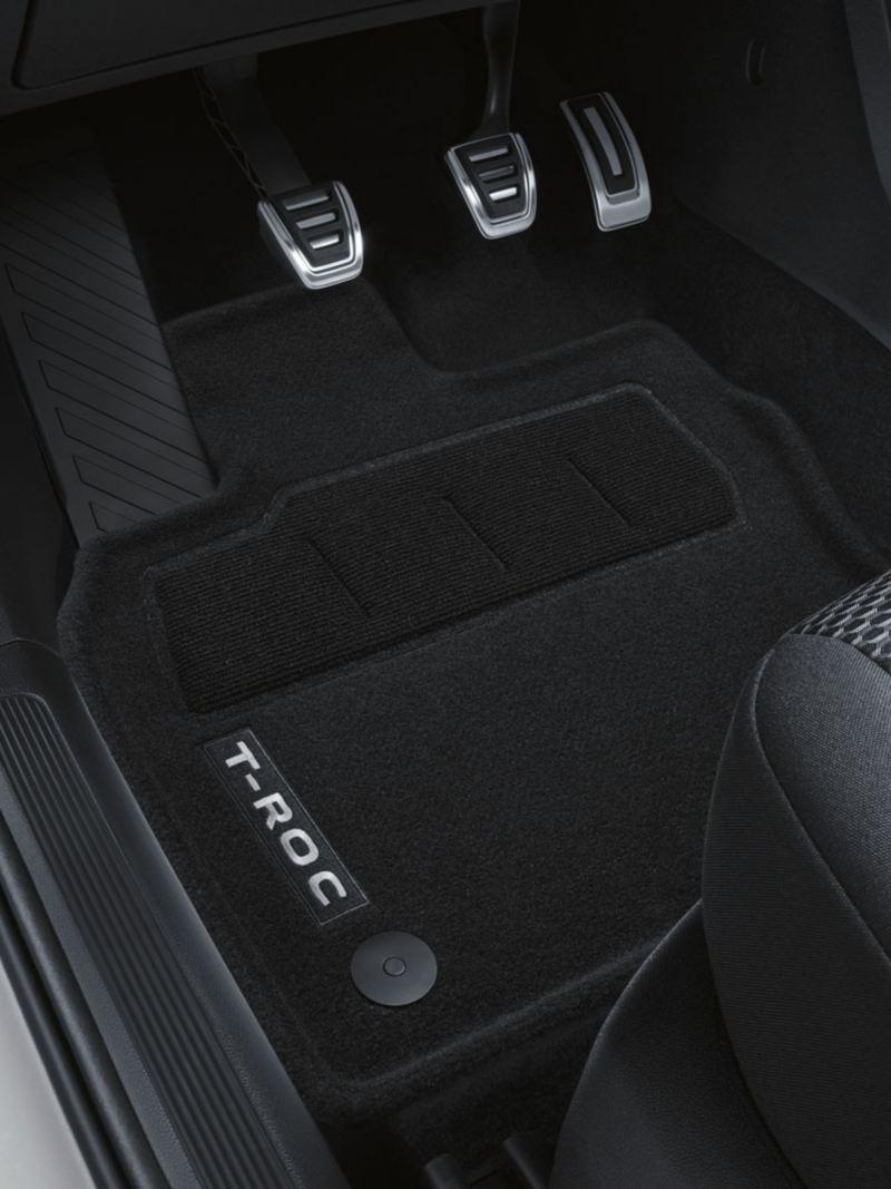 Alfombrilla y pedales del asiendo del conductor de un T-Roc blanco