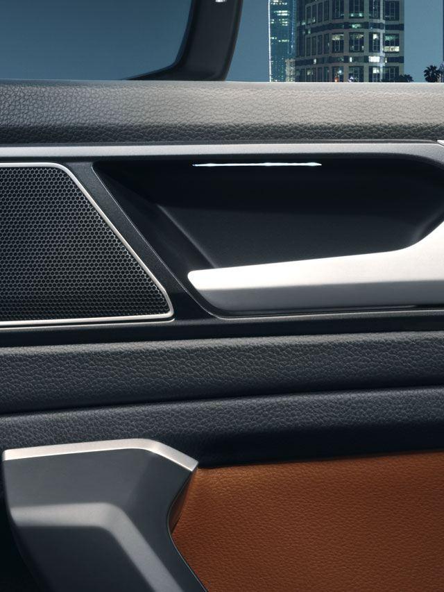 Detalle del altavoz del sistema Dynaudio en la puerta del Volkswagen Tiguan