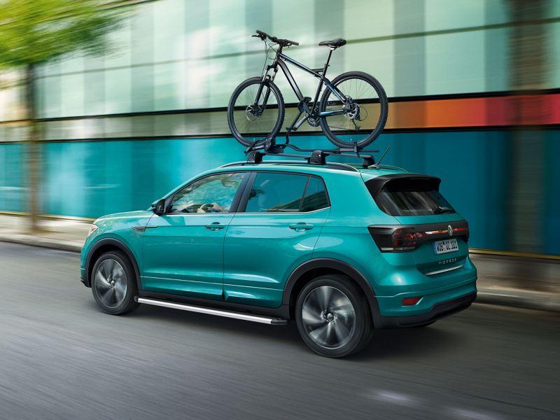 Volkswagen T-Roc in marcia con portabici montato