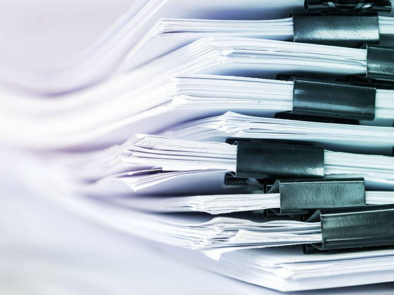 Ein Stapel gedruckter Konformitätsbescheinigungen und Inhaltsstoffangaben – Volkswagen Kundeninformationen