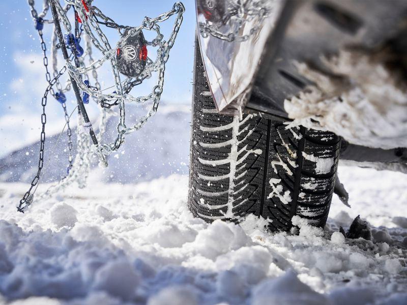 Detailansicht eines VW Winterreifens mit Schneeketten von Volkswagen Zubehör
