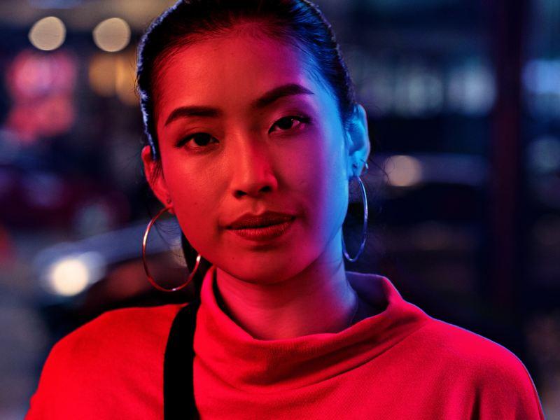 Eine VW Servicemitarbeiterin tauscht die Bremse an einem Volkswagen – Zahlreiche Services für Sie und Ihre Mobilität