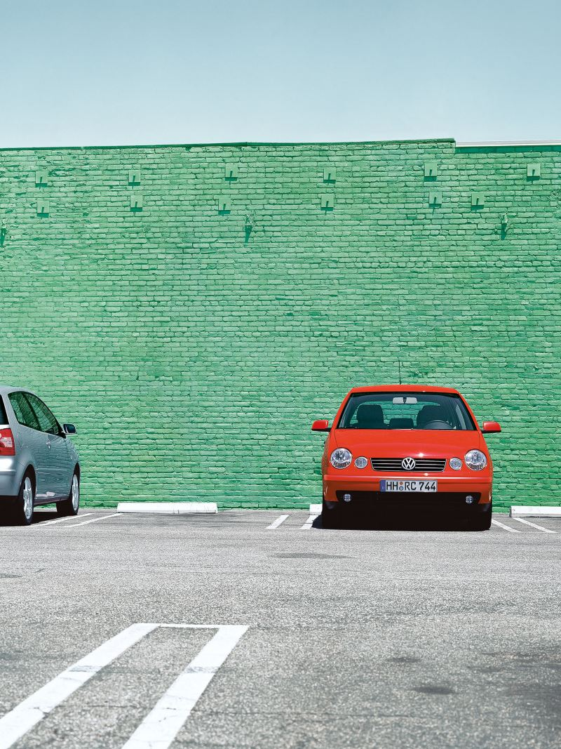 Two Volkswagen Polo 4 cars parks in front of a green building