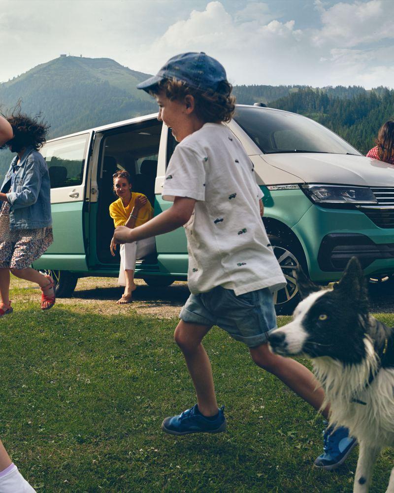 Multivan 6.1 Comfortline i dzieci bawiące się nad jeziorem