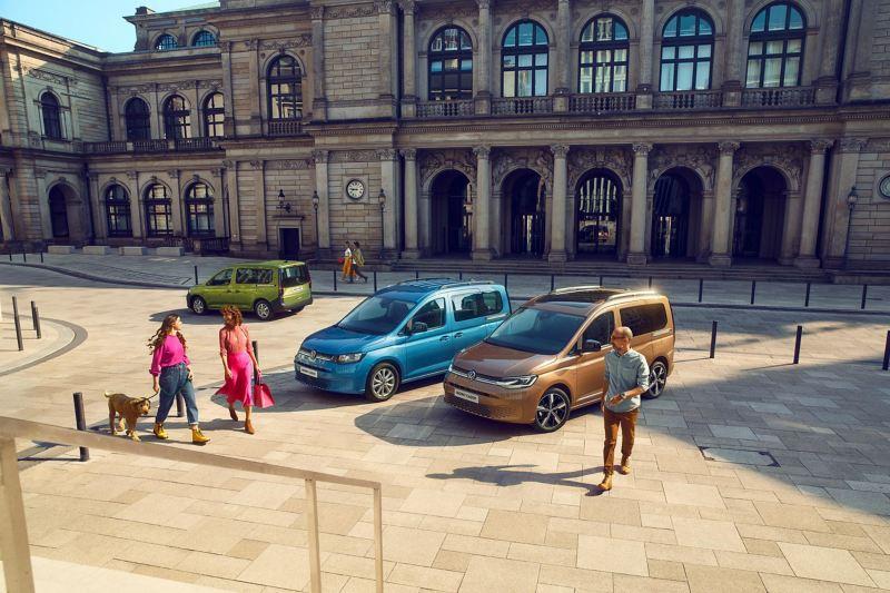 Gama nowych Caddy na placu przed zabytkowym budynkiem